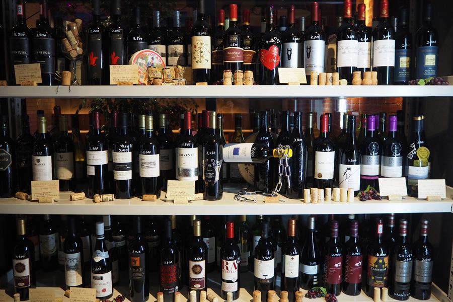 ずらりと並べられたワイン。デザインにビビッときたワインを飲んでみよう