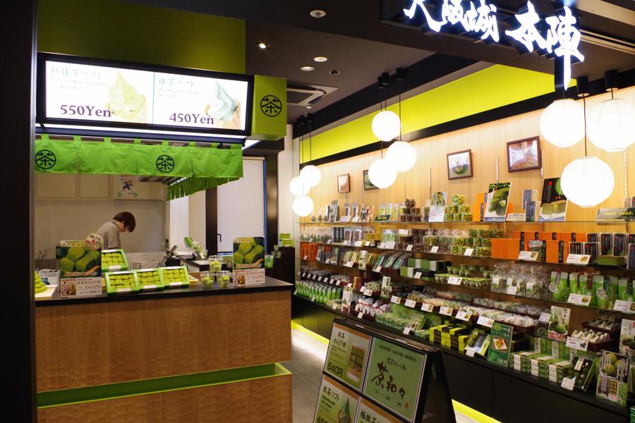 土産物店の大阪城「本陣」には、オリジナルグッズの販売や抹茶スイーツ、ラーメンなどのテイクアウトも