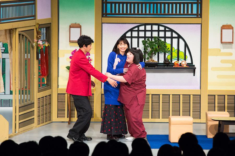 酒井藍座長(右)と絡む、瑛太(左)と新垣結衣(4日・大阪市内)