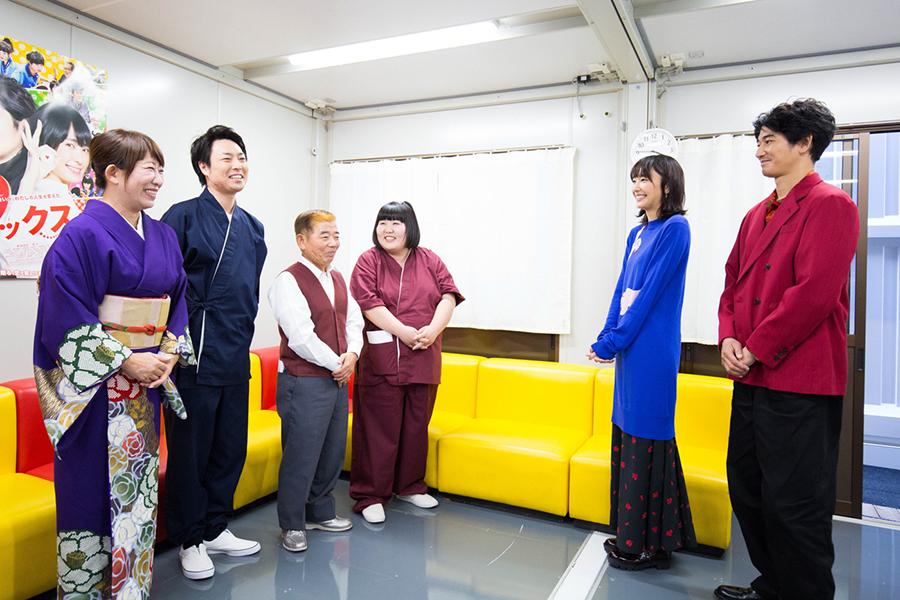 新喜劇メンバーと楽屋で対面した新垣結衣と瑛太(4日・大阪市内)