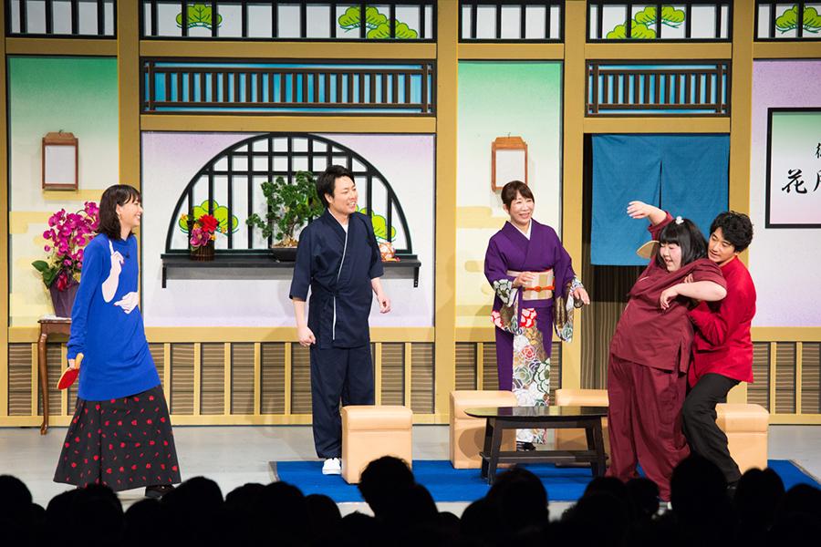 新喜劇の舞台にサプライズ出演した新垣結衣(左)と瑛太(右/4日・大阪市内)