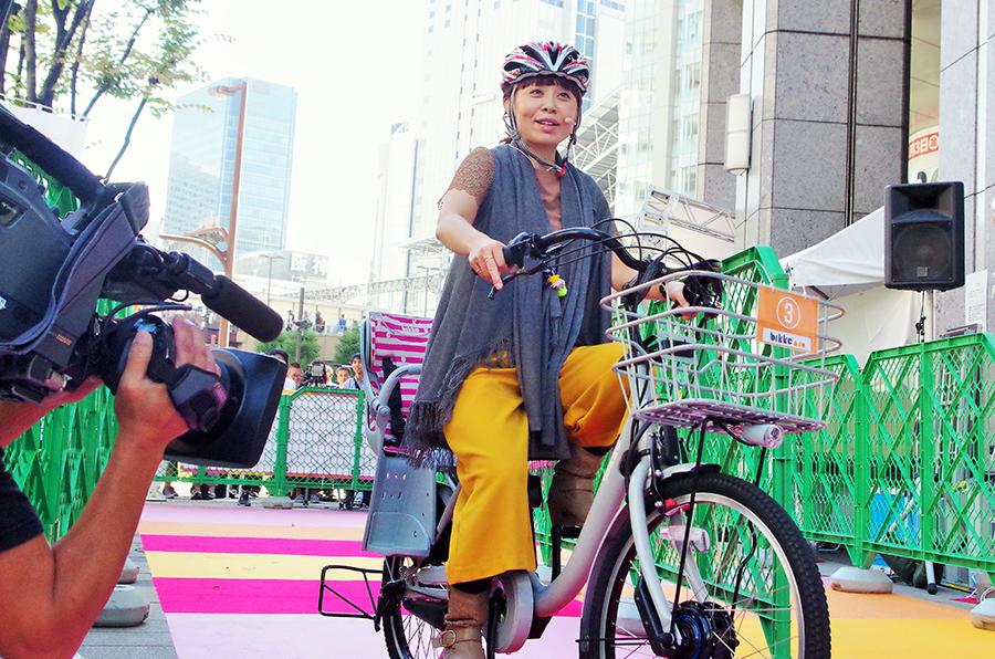 20年ぶりに最新自転車を試乗し「すごく軽い!」とその乗り心地に感動するなるみ(30日・大阪市内)