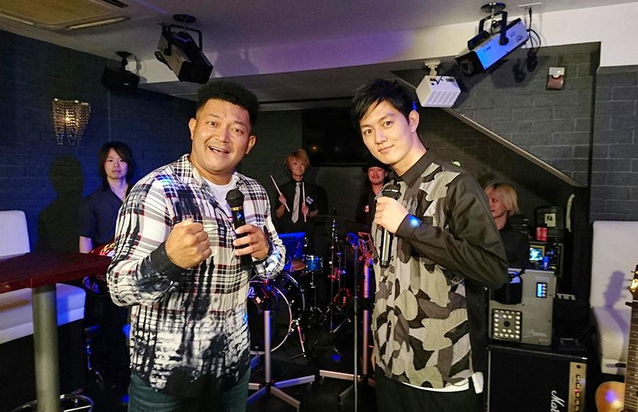 MCの山口智充(左)と工藤阿須加