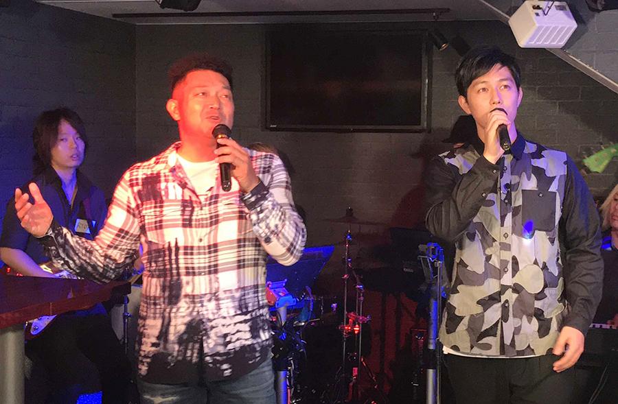 くずの『全てが僕の力になる!』をデュエットする山口智充(左)と工藤阿須加