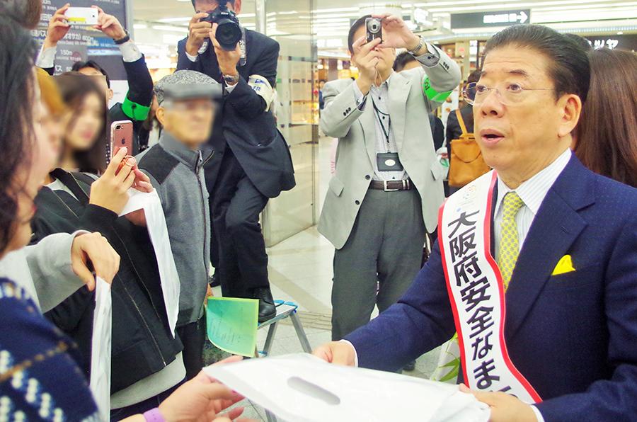 大阪府安全なまちづくり大使・西川きよしの登場に歓喜の声を上げる通行人も多かった(25日・大阪市内)
