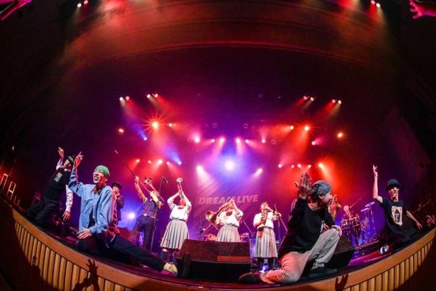 日新高校吹奏楽部、上宮高校ストリートダンス部とコラボする東京スカパラダイスオーケストラ(12日、大阪市内/写真提供:FM802)