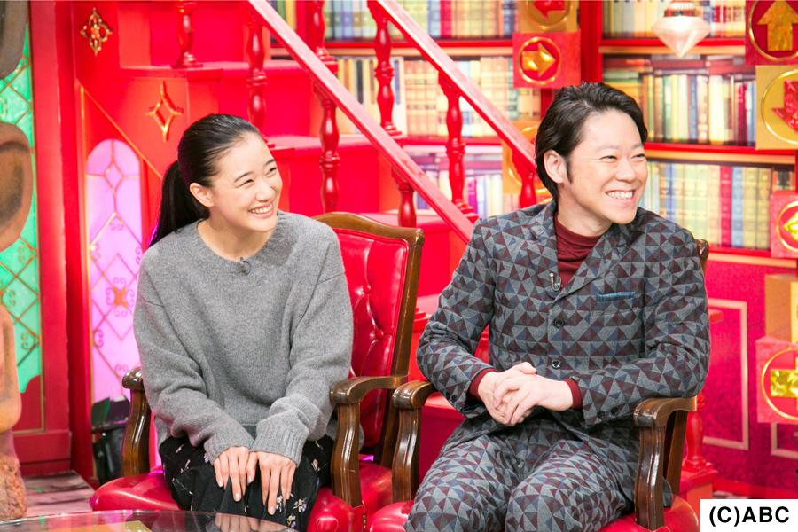 映画の撮影は関西でおこなわれ「大阪の方はどの世代の方もカメラモードに切り替えるのが早い。ご高齢の方でもサッと撮っていました」と、意外な発見をしたと話す蒼井(左)