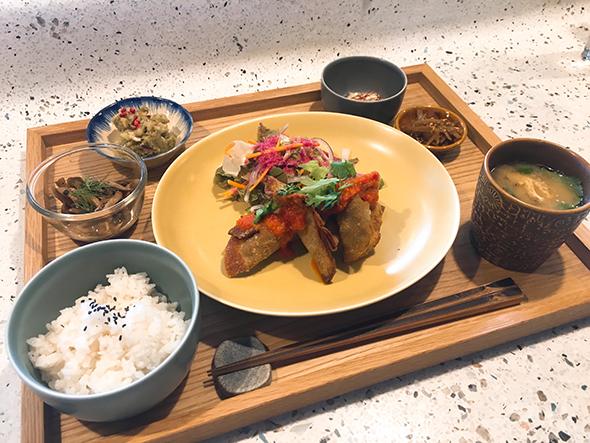 週替わり定食「トゥデイズスペシャル」は1000円で、平日限定(〜17時)。シラチャーソースを添えたきのこと秋野菜の揚げぎょうざほか、バジルのポテトサラダやカブの柚子マリネなど、副菜もたっぷり