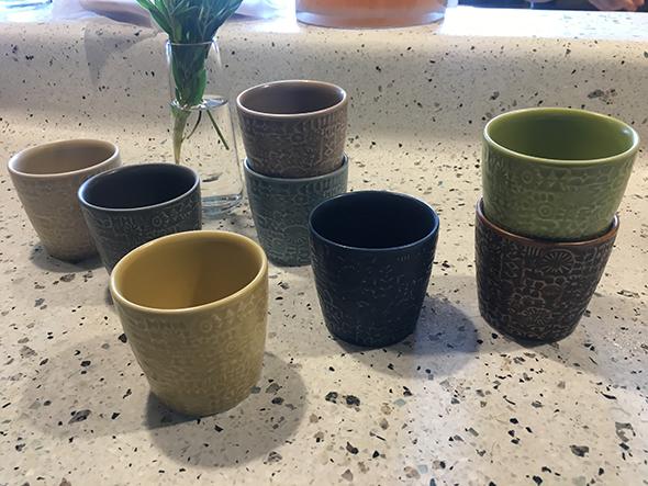 店でお味噌汁を出す際に使われている器は、隣の直営店でも購入可能なパターンドカップ