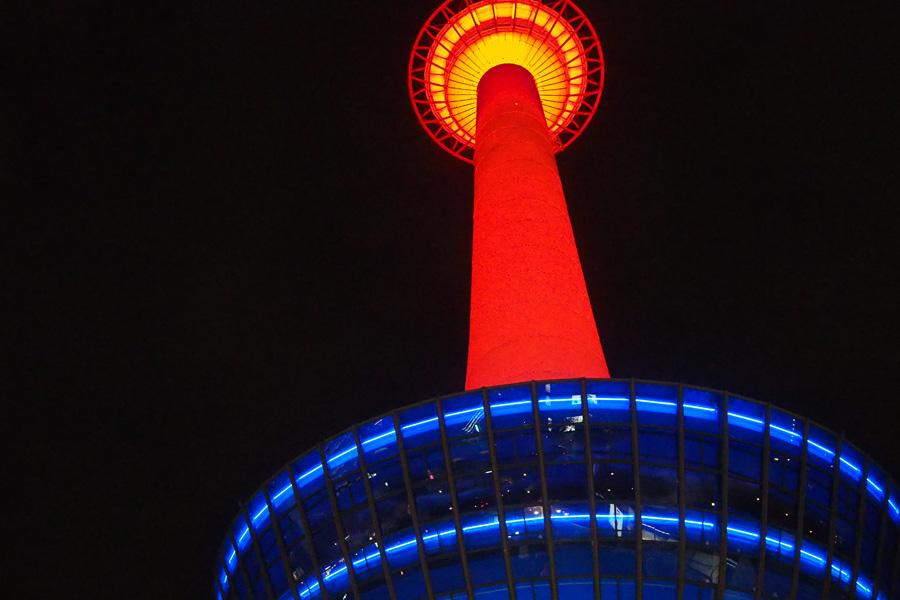 映画祭のロゴと同じ赤色に染まった京都タワー