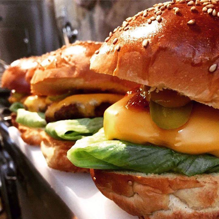 たっぷりのチーズがや、バーベキューグリルで焼いたチキンが挟まれるなど、バーガーの種類だけでもさまざまなスタイルを楽しめる