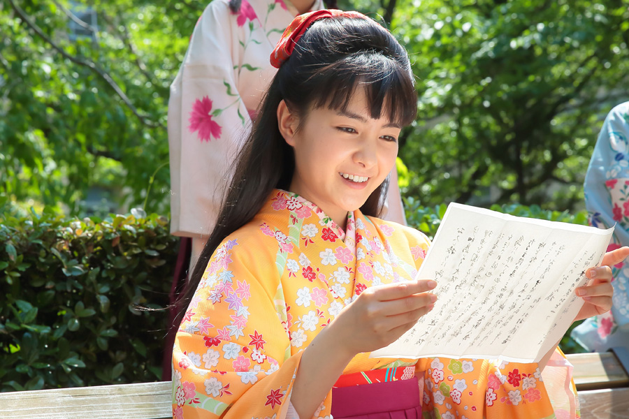 旅芸人の藤吉から届く手紙を手に想いを寄せるてん(葵わかな)