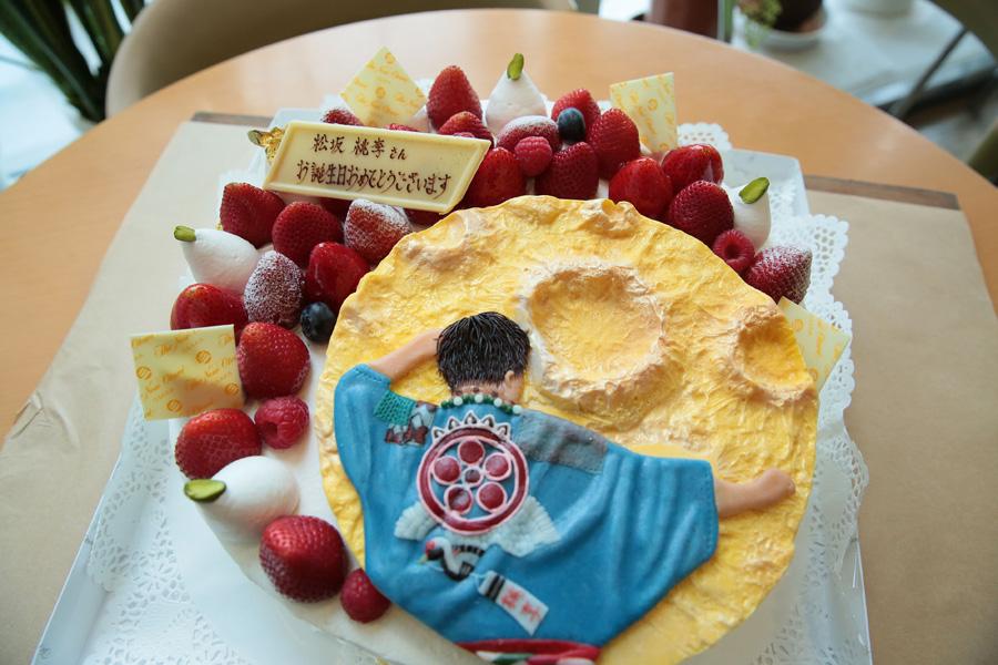葵わかな演じるヒロイン・てんを笑顔にするため、『チョコ衛門』の見栄を切る藤吉の後ろ姿が描かれたバースデーケーキ