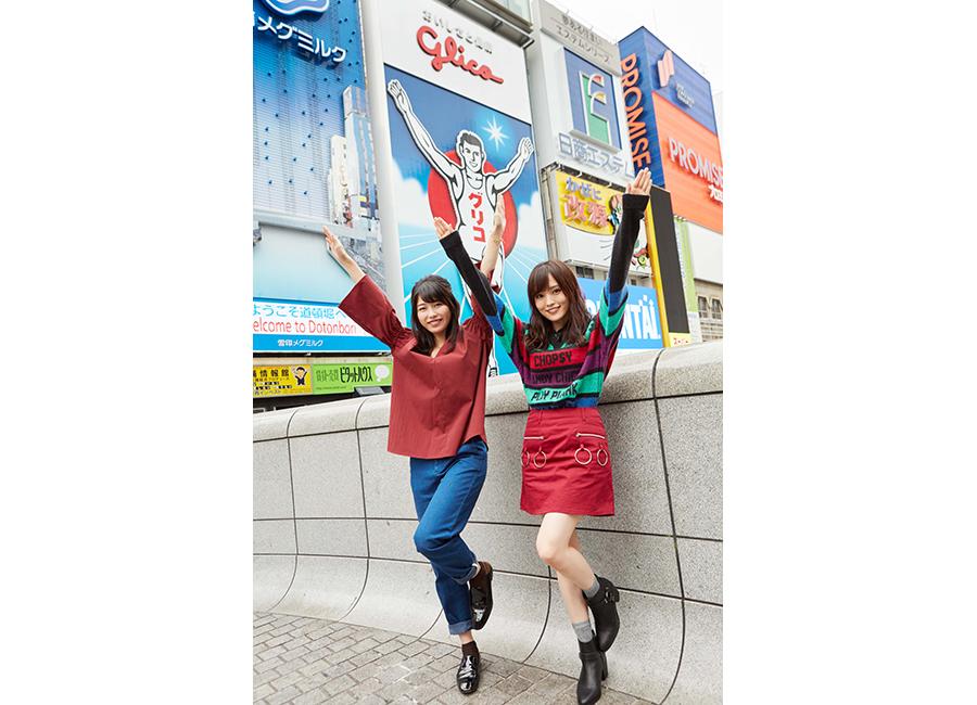 大阪・道頓堀でグリコポーズの横山由依(左)と山本彩