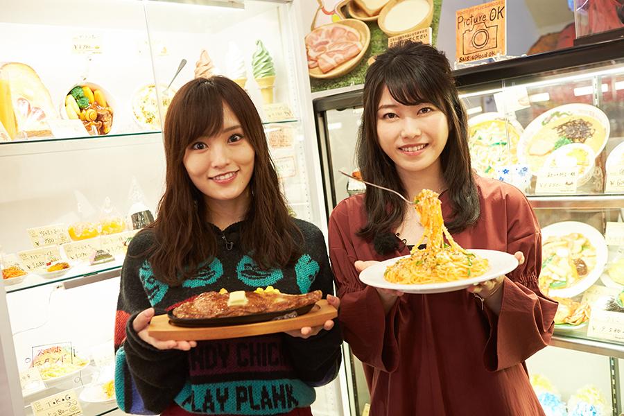 食品サンプル作りを楽しんだ山本彩(左)と横山由依