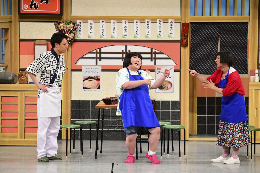 爆笑に包まれる吉本新喜劇の舞台