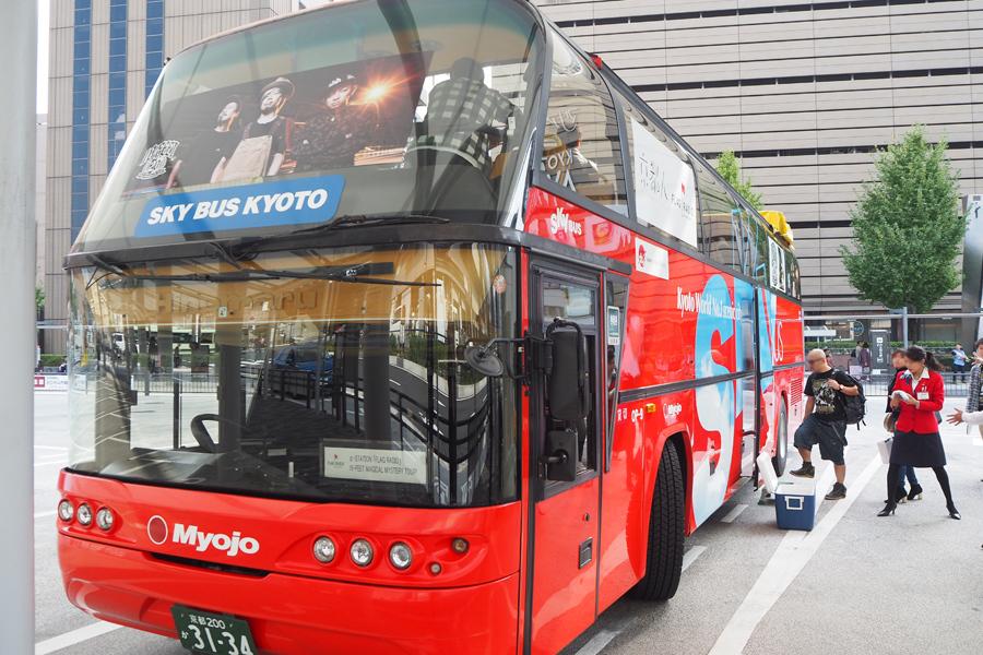 「京都駅」から10-FEET仕様のスカイバスに乗り込む