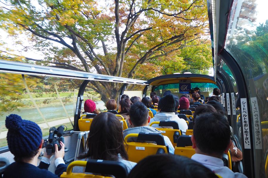 「鴨川」の景色を眺めながら、TAKUMAの話を聞くファンら