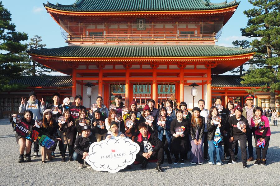 「平安神宮」で記念撮影する10-FEETメンバーとファン(左からKOUICHI、TAKUMA、NAOKI)