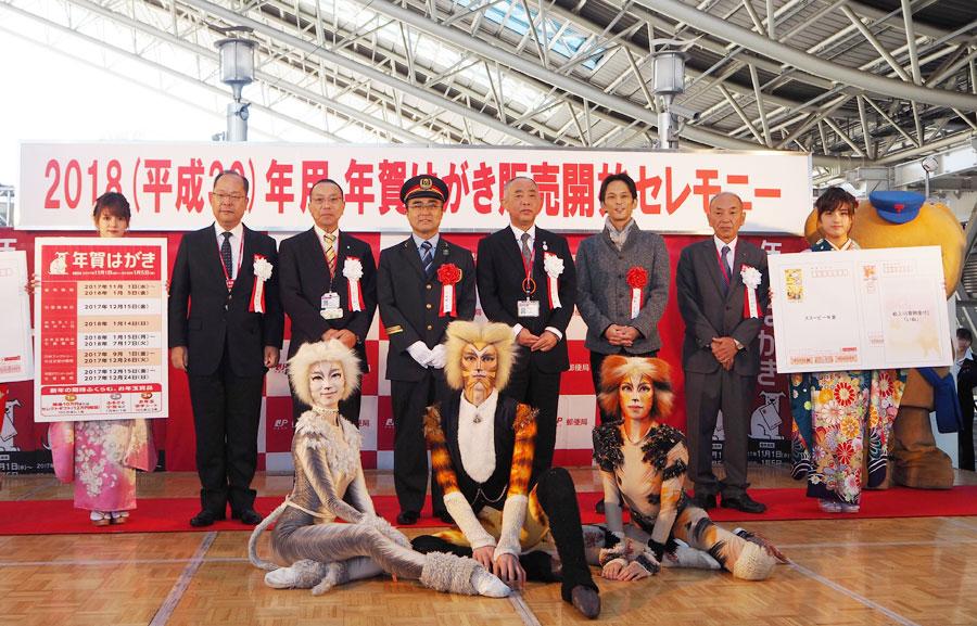 キャッツ出演キャストら。前列左より、馬場美根子、カイサー・タティク、松山育恵、後列右から3番目が田邊真也(1日・大阪ステーションシティ)