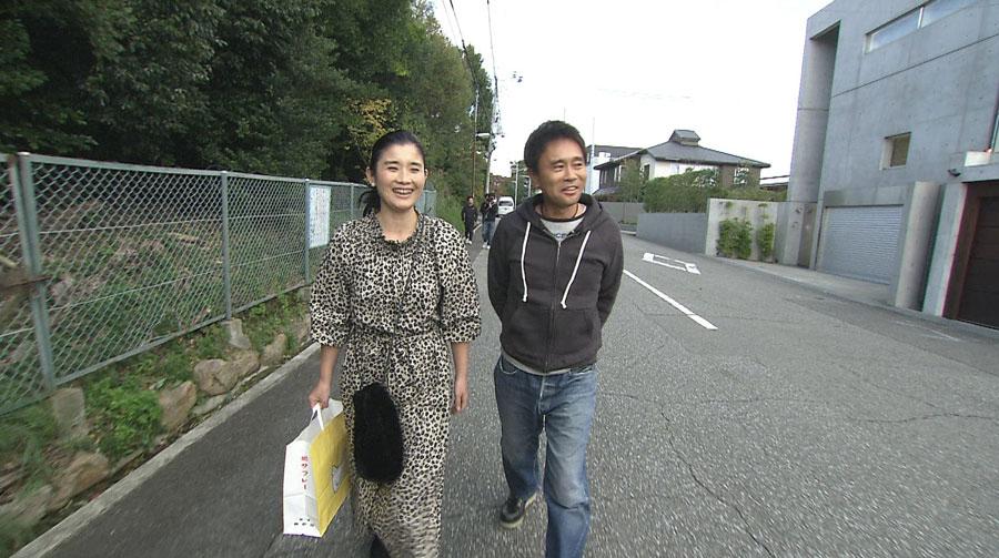 大豪邸が立ち並ぶ、兵庫県西宮市の住宅街を歩く浜田雅功と石田ひかり