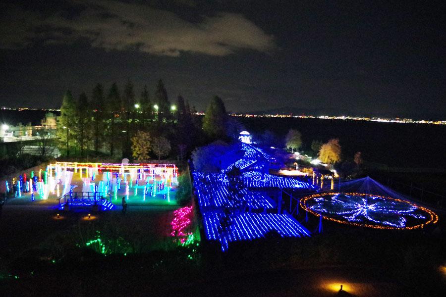 「びわ湖大津館」の3階から見渡すライトアップの全景(30日・びわ湖大津館)