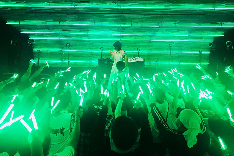 照明器具「ケミカルライト」でファンがライブを盛り上げるアイドルのライブ現場