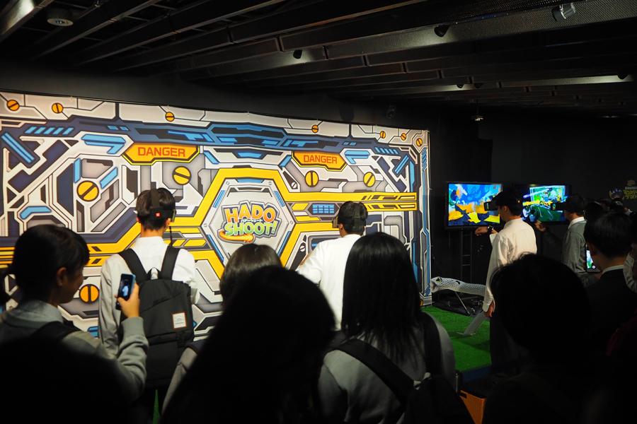 体感アトラクションゲーム『HADO SHOOT! 京都水族館でモンスターファイト』は男子学生に人気だった