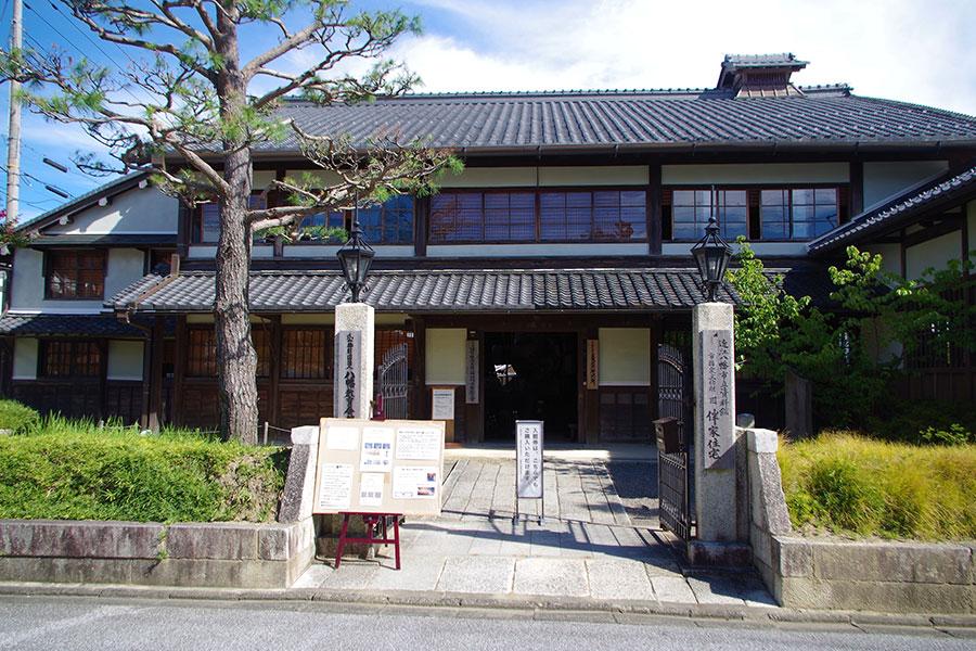 朝鮮人街道沿いにある伴家住宅。朝鮮通信使の瓦人形や当時食されたとされる昼食の復元レプリカを見ることができる