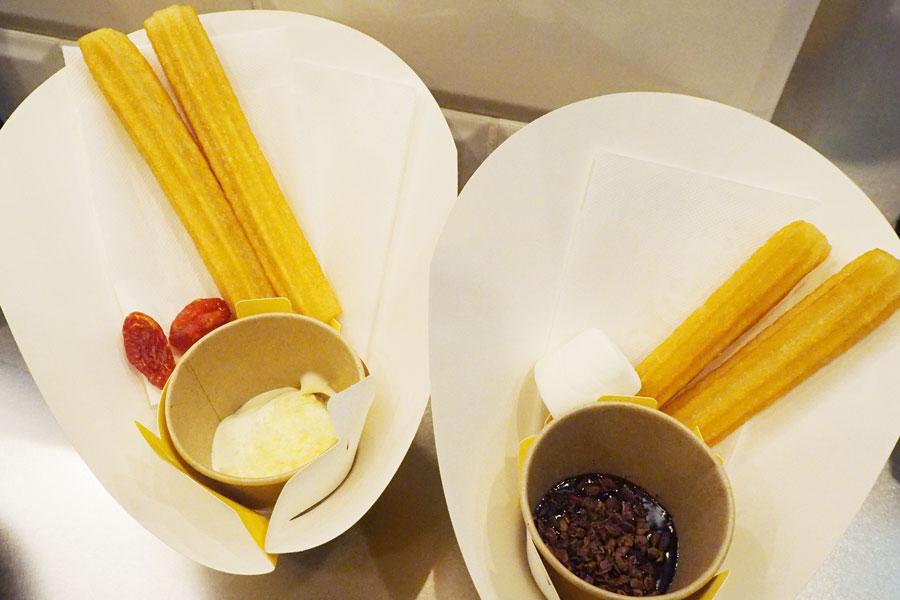右が「スペインチョコラータ」、左が「チーズコンビネーション」。ソースを最後まで味わえるよう、マシュマロやドライトマトが添えられている