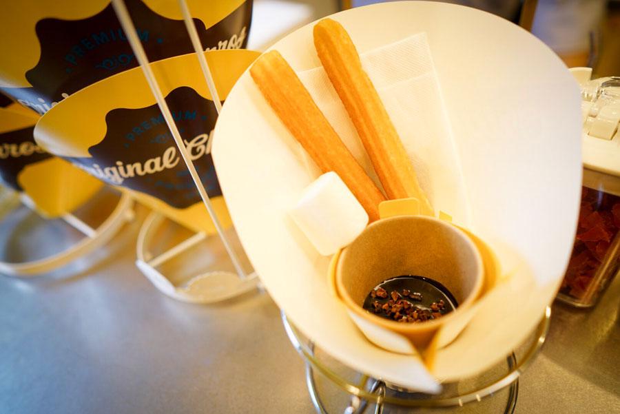 「スペインチョコラータ」ソースを最後まで味わえるよう、マシュマロが添えられている