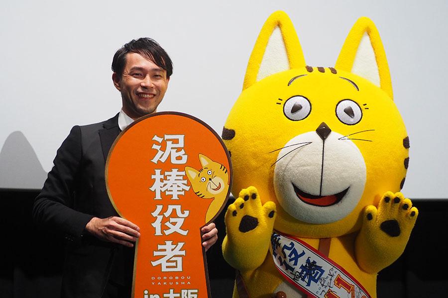 (左から)西田征史監督、映画に登場するキャラクター・タマ