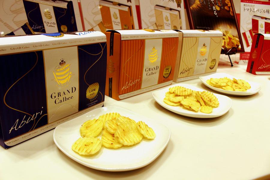 2017年12月1日から発売されるグランカルビー「炙りクリスプ」は6種類各580円(15g×4袋)、アソート3240円も(6アイテム×4袋)