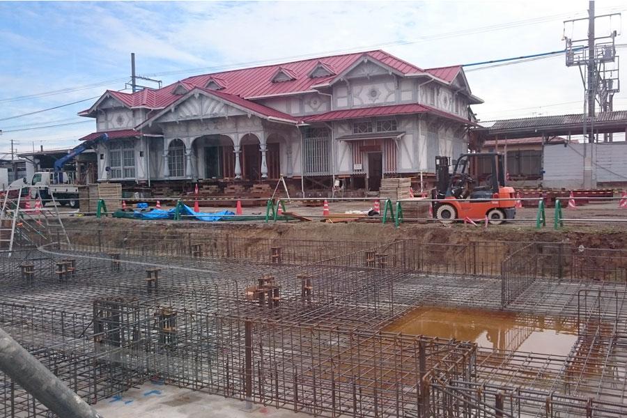 11月末より移動が始まる「浜寺公園駅舎」。基礎が打たれた整地(写真手前)にいったん引っ越しとなる(10月・浜寺公園駅前)
