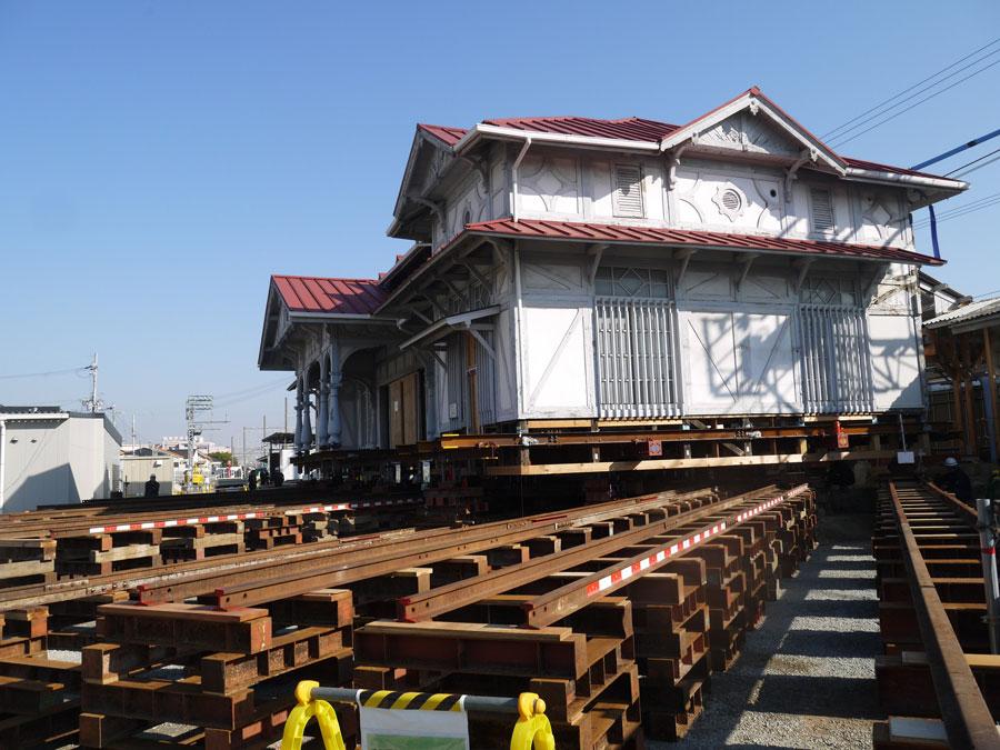 旧駅舎は、東京駅の設計でも知られる辰野金吾の「辰野片岡建築事務所」が設計したもの