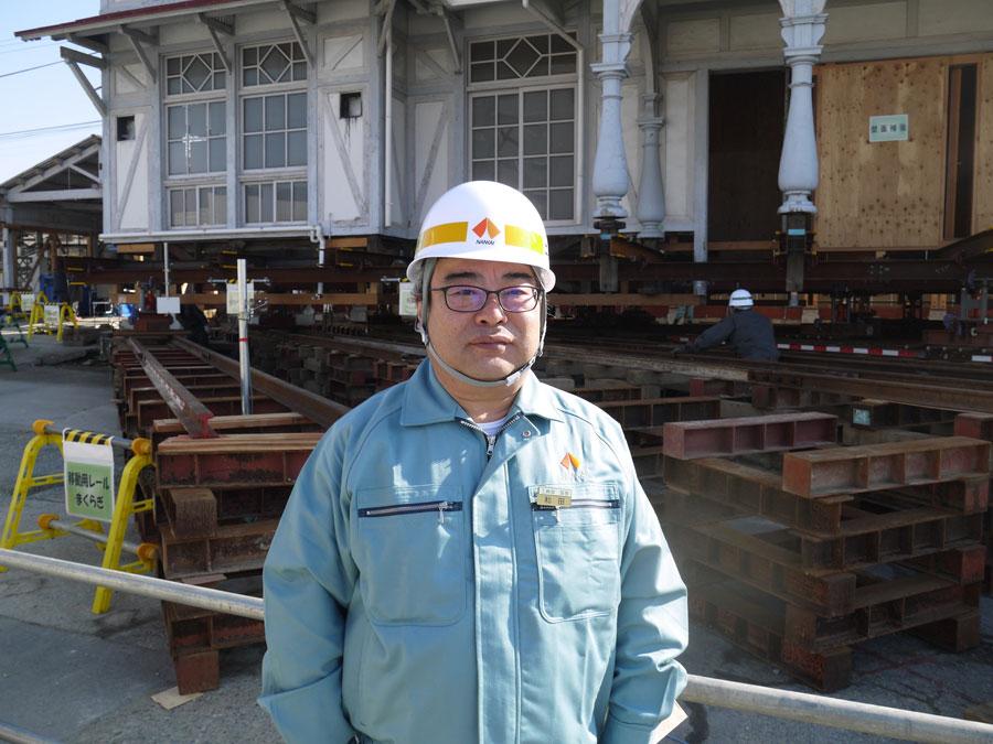 工事を見守る工務部の和田潔調査役