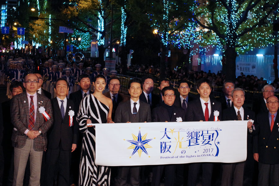 『大阪・光の饗宴2017』の開宴式に参加したすみれ(左から3人目)とドリームズ・カム・トゥルーの中村正人(4人目)ら