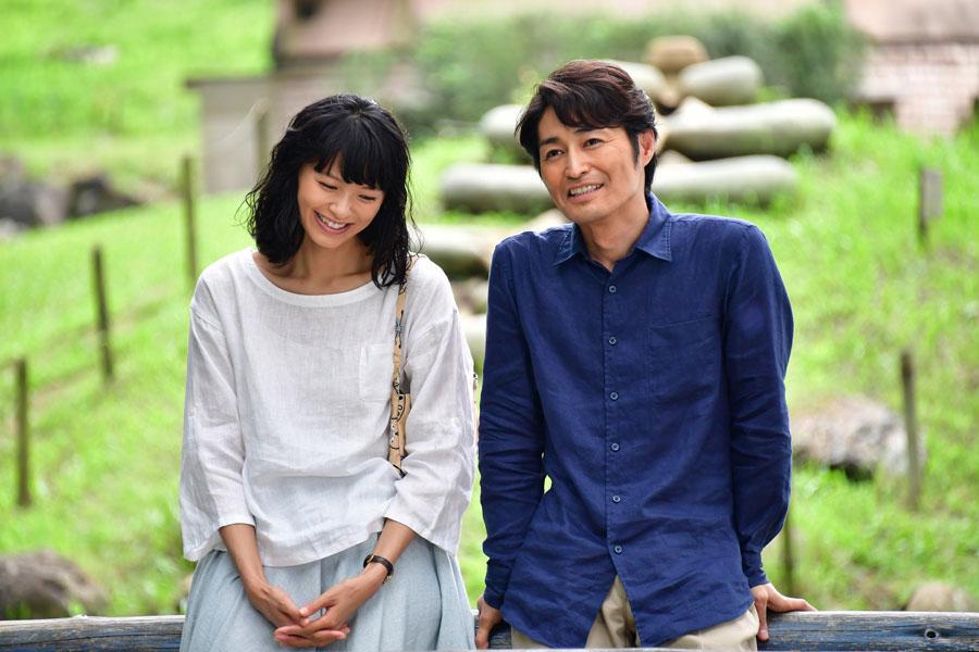 妻のちえを演じる榮倉奈々(左)と、夫のじゅんを演じる安田顕 ©2017「家に帰ると妻が必ず死んだふりをしています。」製作委員会