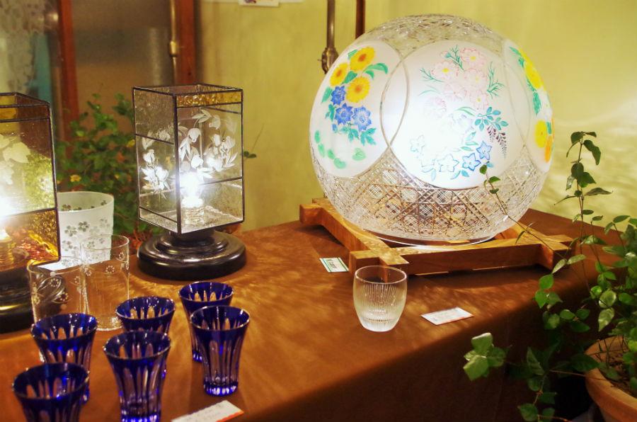 個展に合わせて大きな作品も目にすることができる。グラスなど1000円~