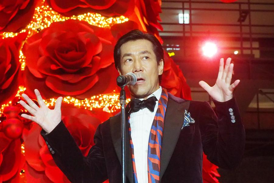 『アクト・アゲインスト・エイズ』の活動について説明する岸谷五朗(8日、大阪市内)