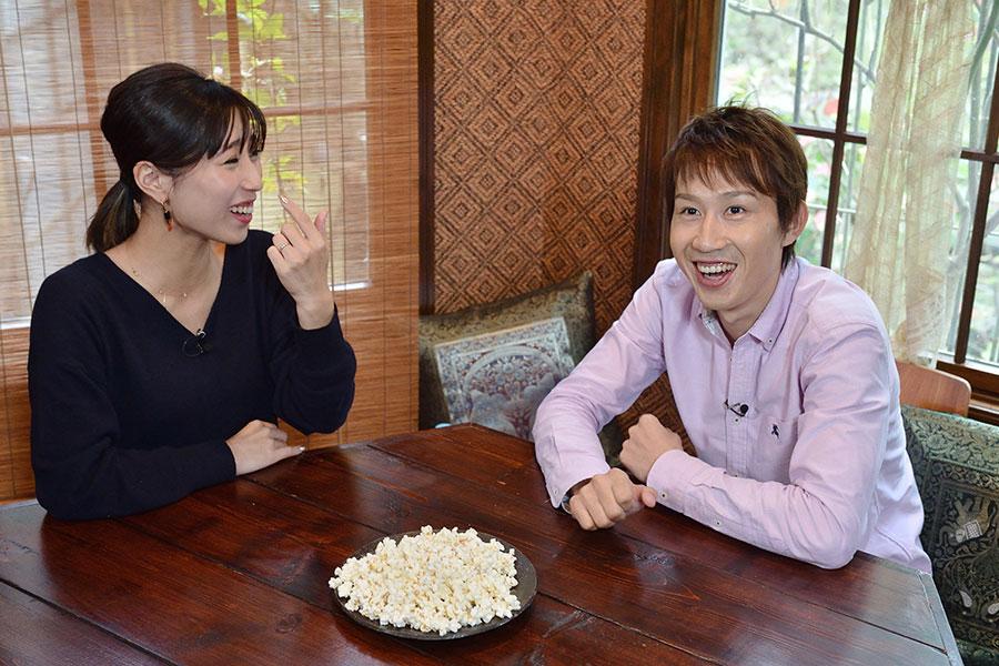 キシュメシについて語る田辺裕信騎手、左はナビゲーターの山田千尋
