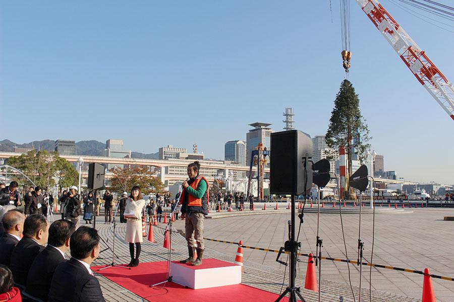 「僕自身も被災し、初めて死を意識した。復興・再生した神戸で、世界一のクリスマスツリーを立てられることに感無量です」と話す西畠清順さん(17日・神戸市)