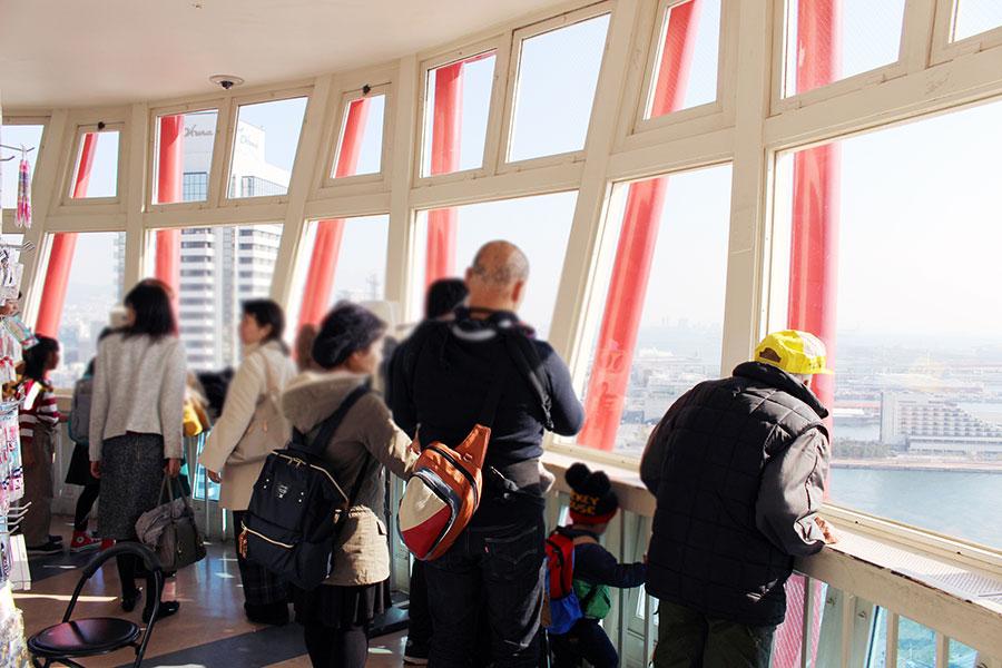 「神戸ポートタワー」展望階では多くの人が神戸の景色を楽しんだ(23日・神戸市内)