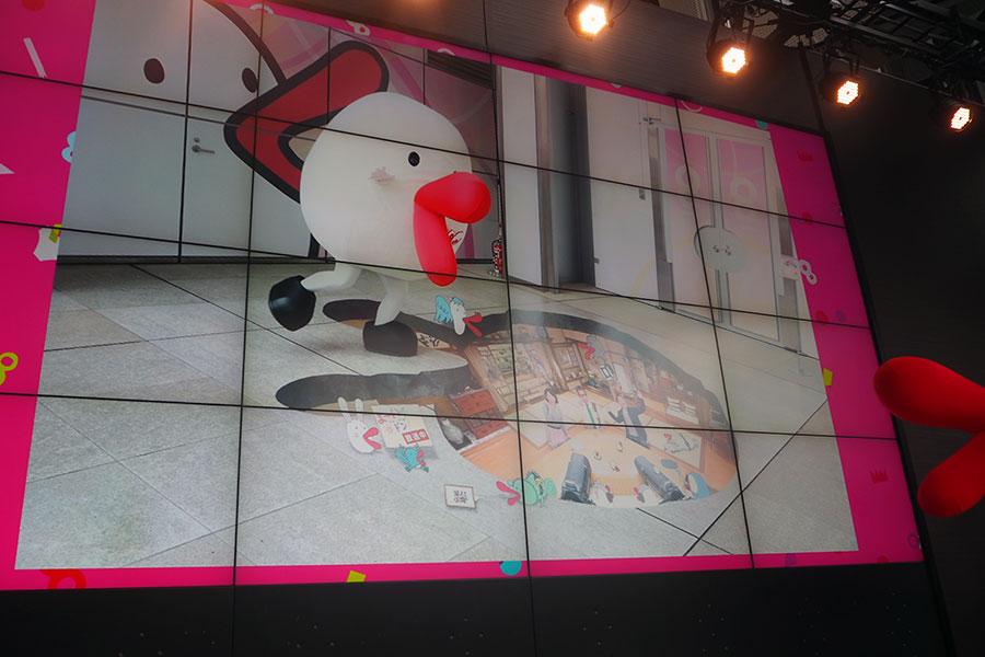 同局の人気情報番組『よ〜いドン!』の天井に穴が空いたようなトリックアートも出現