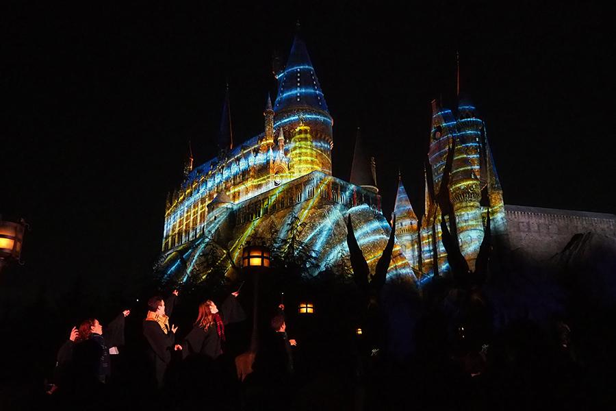 生徒が「ハッピークリスマス!」と唱えると、魔法「ルーモス・マキシマ」で城が無数の光で包まれる
