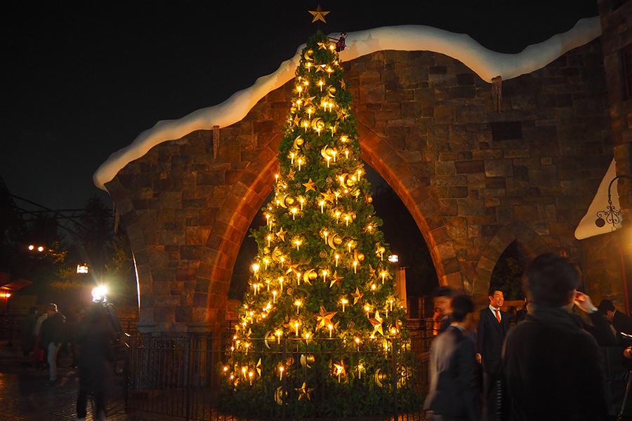 魔法で明かりが灯ったりオーナメントが動く「魔法のクリスマスツリー」