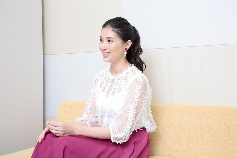 世のオジサマを翻弄する笑顔、インタビュー中の橋本マナミ