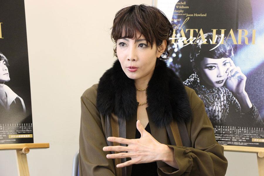 柚希は、「マタ・ハリの妖艶なダンスを、素敵に踊りたい」と話す