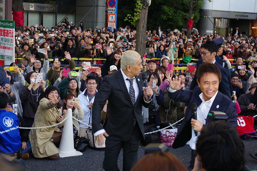大阪のメインストリートを練り歩くダウンタウン(12日・大阪市内)