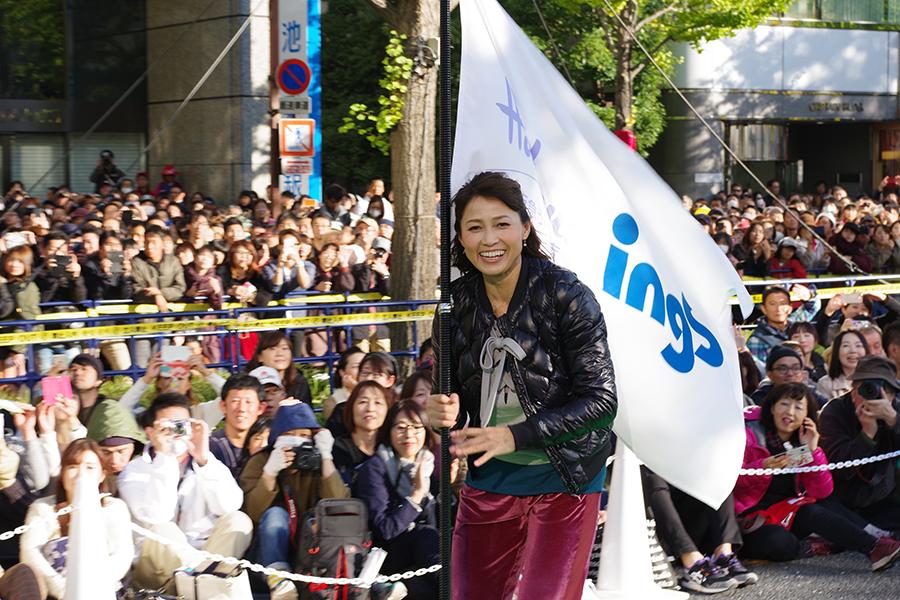 元スピードスケート選手の岡崎朋美さんは笑顔でスケーティング(12日・大阪市内)